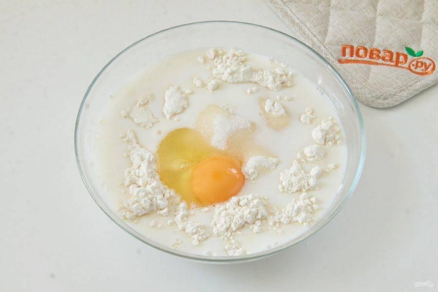 4. Добавьте яйцо и сахар.