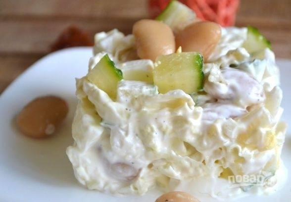 6. Салат из пекинской капусты с фасолью и яйцами готов! Подаем сразу после приготовления.