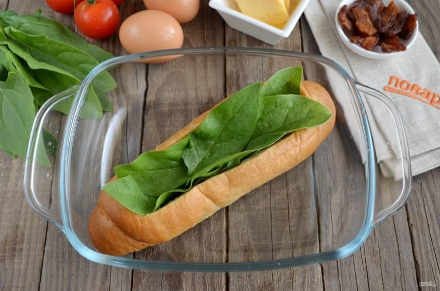 Застелите шпинатом дно и бока, чтобы яйца не протекли.