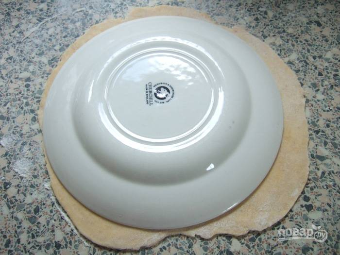 1.Разделите тесто на 6 частей, каждую раскатайте тонко, придайте форму круга с помощью блюдца или другой формы.
