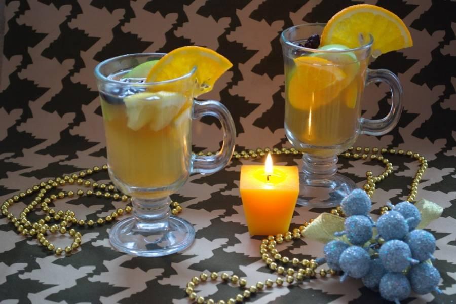 Разлейте напиток по чашкам. Добавьте в каждую чашку дольки апельсина и лимона. Можно добавить еще зеленое яблоко (факультативно). Добавлять или не добавлять сахар, решайте сами. Подайте к столу горячим.