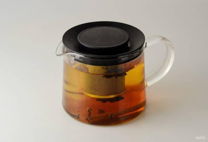 Добавьте чай, влейте кипяток и оставьте на 10-15 минут.