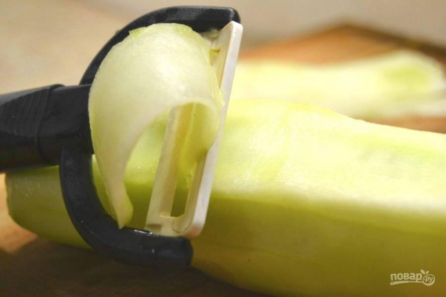 2.Порежьте огурец с помощью овощерезки тонкими ломтиками.