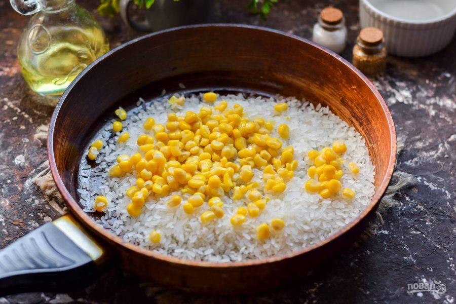 Добавьте к рису кукурузу. Помимо кукурузы можете добавить другие овощи.