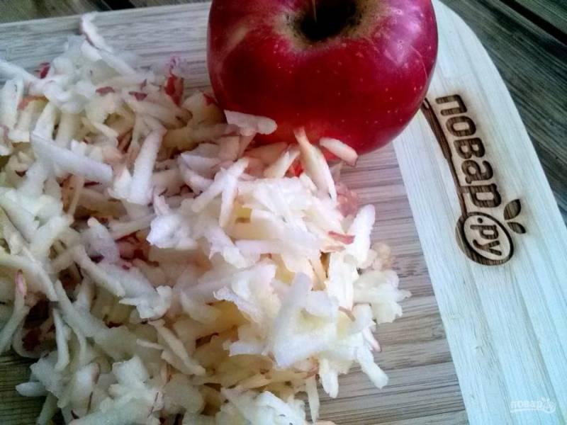 3.     Пока варится сироп, натрите яблоки на средней терке.