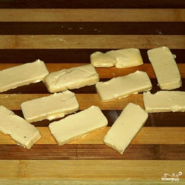 На тонкие пластины нарезаем наш сыр.