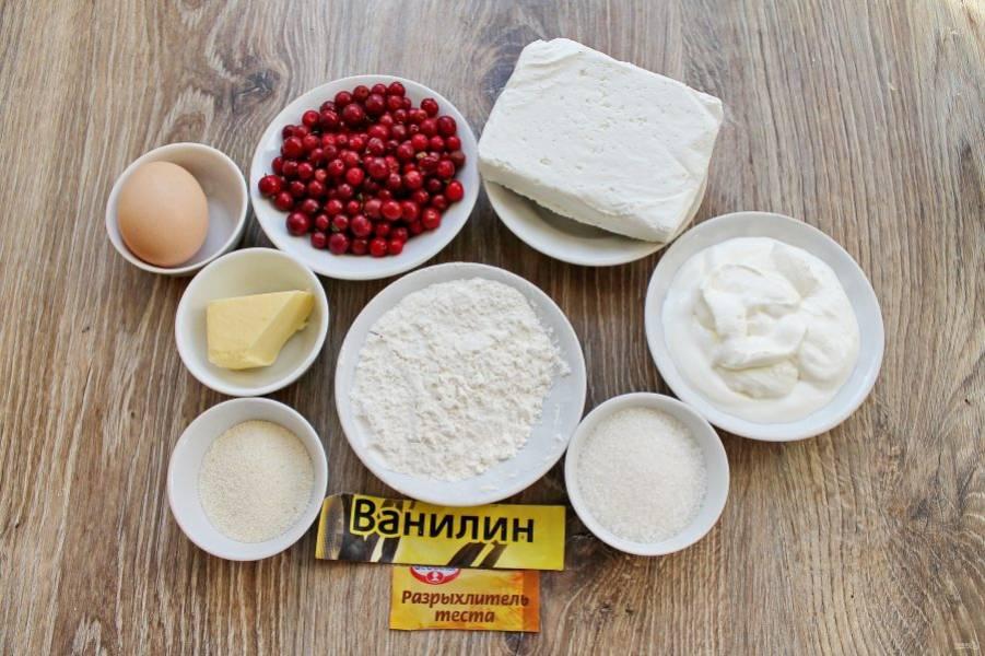Подготовьте все необходимые ингредиенты для приготовления творожного пирога с брусникой. Ягоды переберите, вымойте и обсушите. Сливочное масло растопите и остудите.