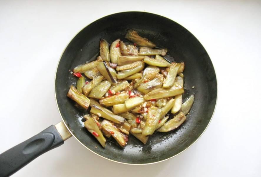 Перемешайте все ингредиенты в сковороде, прогрейте 3-4 минуты и выключайте.