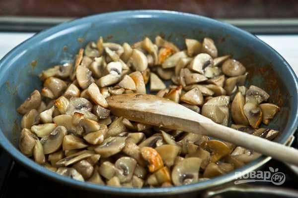 3. После можно увеличить немного огонь и обжарить грибы до румяности. Посолите и поперчите по вкусу.