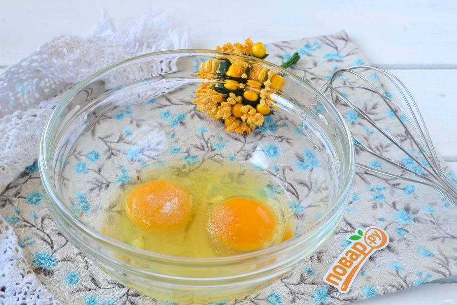 2. В глубокую миску разбейте яйца, добавьте щепотку соли и сахар по вкусу. Слегка взбейте ручным венчиком, чтобы яйца стали более-менее однородными.