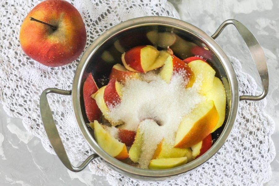 Добавьте туда же сахарный песок и лимонную кислоту. По желанию его можно заменить другим подсластителем.