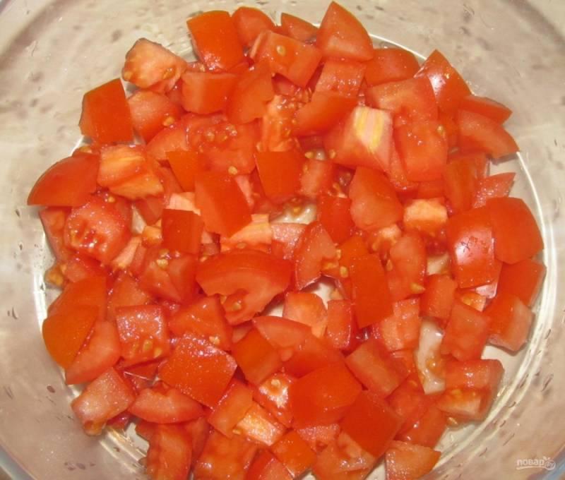 2.Томаты мою, срезаю у них плодоножку, нарезаю овощи небольшими кусочками, которые затем перекладываю в салатник.