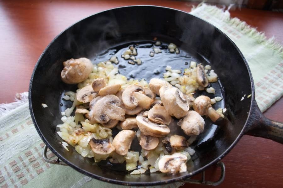5. Добавьте грибы и жарьте все вместе.