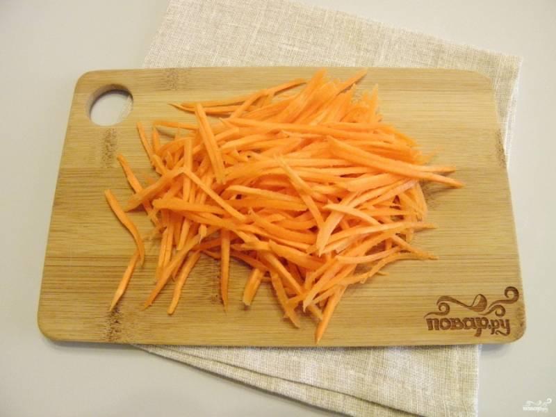 Натрите морковь на квадратной крупной терке и отправьте на сковороду с растительным маслом жариться.