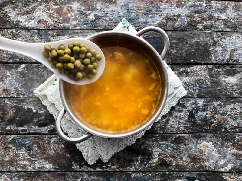Зеленый горошек промойте под чистой водой и добавьте в суп, варите 3-4 минуты.