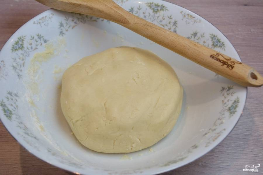 У нас получится вот такое однородное тесто. Я замешивала его миксером. При замешивании тесто было рыхлым и песочным, но взяв тесто в руки, оказалось что оно отлично лепится. Соберите тесто в шар.