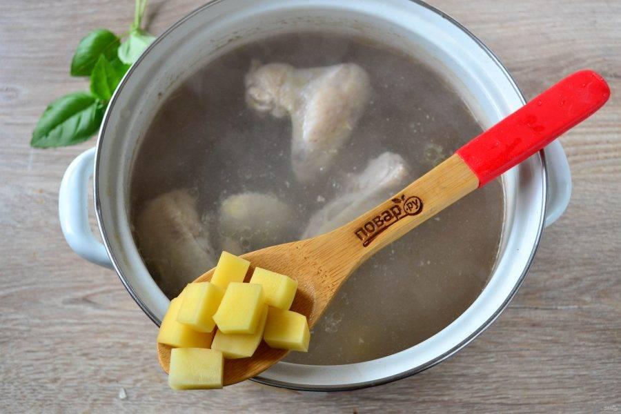 Когда бульон будет готов, отправьте в него картофель и варите 15 минут.