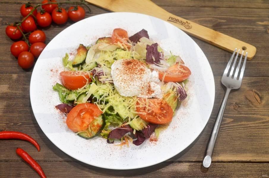 7. Положите яйцо в центр салата и посыпьте паприкой. Приятного аппетита!