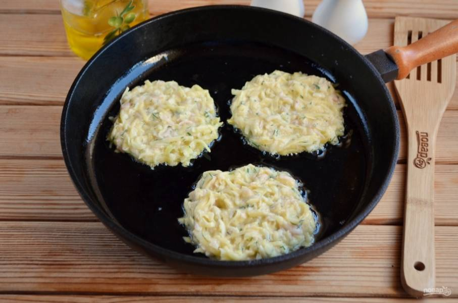 В горячее масло ложкой выкладывайте картофельную массу, жарьте на среднем огне до золотистой корочки.