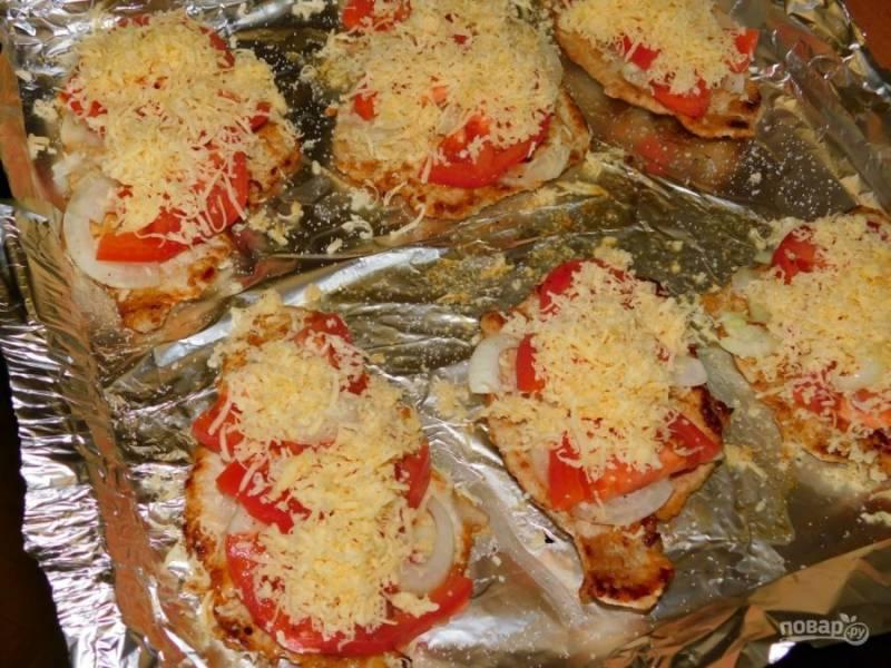 Посыпьте тертым сыром и поставьте в духовку, разогретую до 200 градусов на 15-20 минут.