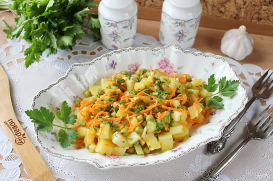 Салат с картофелем и морковью по-корейски готов. Подавайте на закуску или в качестве гарнира.