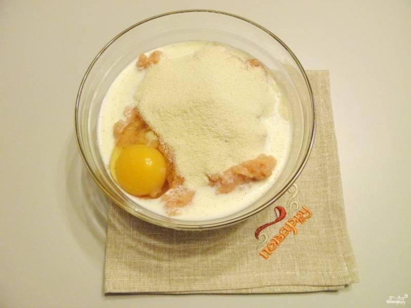 Переложите фарш в глубокую тару, добавьте сметану, молоко, яйцо, манную крупу. Тщательно перемешайте до образования однородной массы.