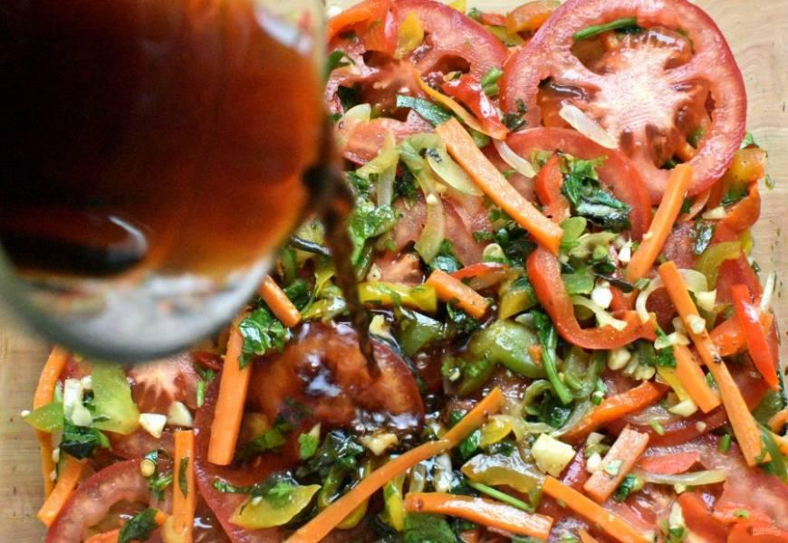 Хорошо перемешайте в стакане соевый соус с уксусом и сиропом. Добавьте кипяченой воды до краев стакана.  По вкусу можно чуть подсолить. Вкус заливки должен быть сбалансированный и яркий. Залейте овощи и накройте тарелкой. Слегка нагнетите и уберите в холодильник. Минимум на 1 час, максимум – на пару дней.