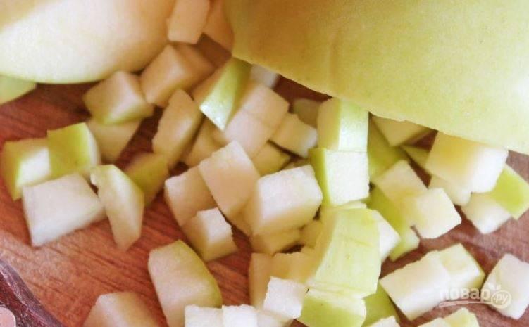 """Яблоки вымойте и обсушите. Берите зеленые сорта, такие как """"Гренни Смит"""" или """"Семеренка"""". Не очищая яблоко от кожицы, нарежьте его кубиками, удалив сердцевину с косточками."""