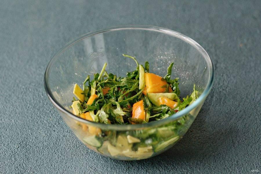 Заправьте салат, перемешайте все ингредиенты. Посолите и приправьте чёрным перцем.
