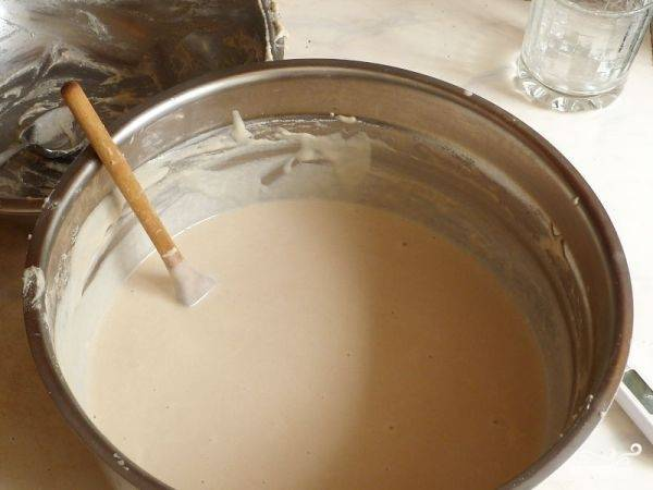 Дальше добавляем соль, сахар, растительное масло, все хорошо перемешиваем. Оставляем еще на час. Можно добавить еще воды, тогда блины будут более тонкими.