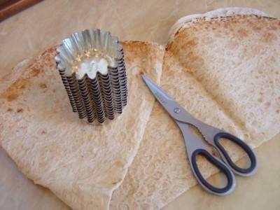 1. Рецепт приготовления тарталеток из лаваша действительно очень прост и занимает менее получаса. Их необходимого - только лаваш, ножницы или нож и формочки для выпечки кексов.