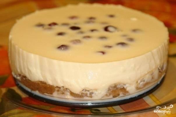 Укладываем сверху вишню, слегка придавливая, и убираем торт в холодильник еще на два часа. Нежный тортик можно кушать! Приятного аппетита!