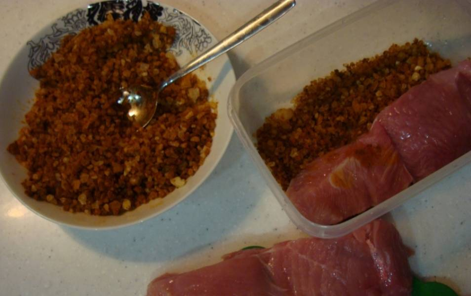 Подготовьте ингредиенты. Филе помойте, уберите пленки и разделите на небольшие брусочки. Соль смешайте с приправами, коньяком и вином.