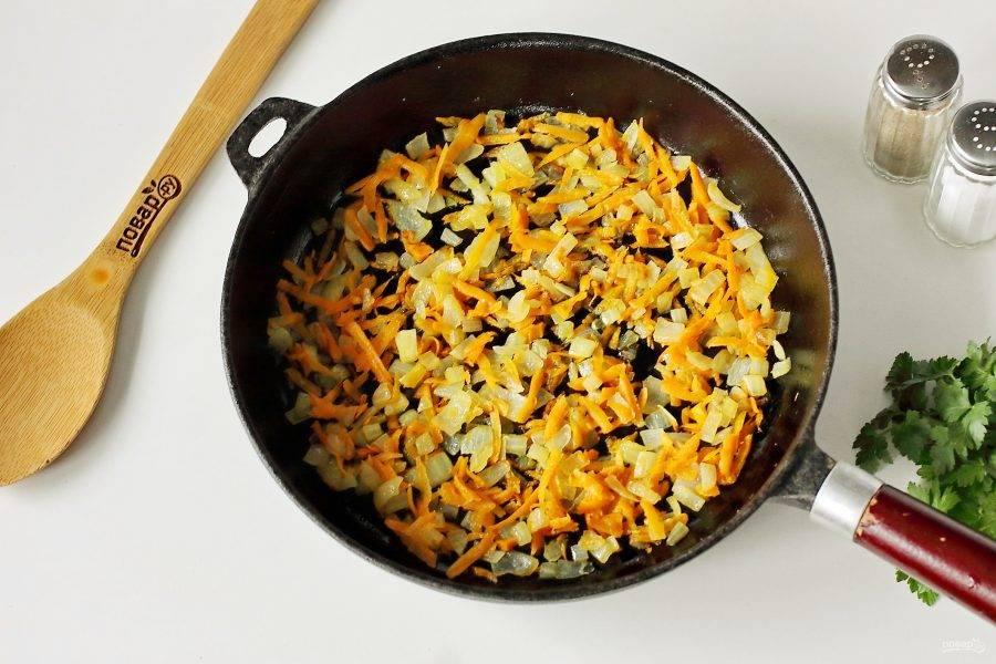 На сковороде на растительном масле обжарьте нарезанный кубиками лук и тертую морковь.