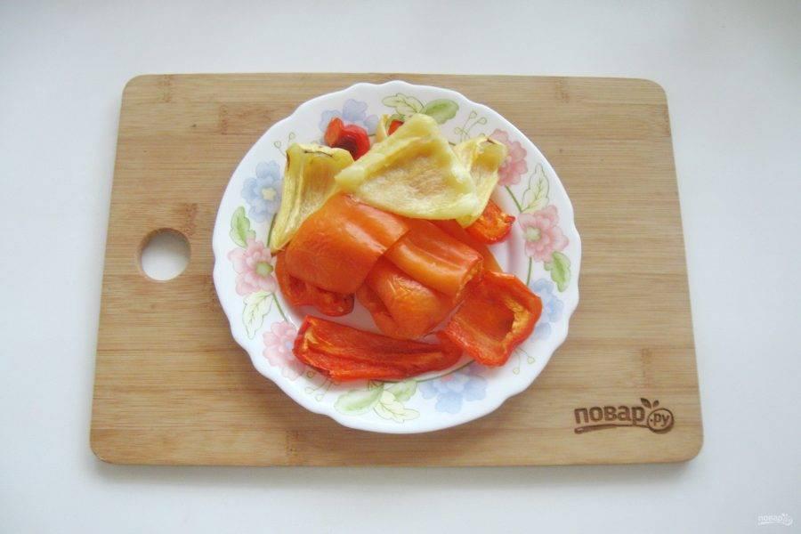 Болгарский перец запеките в духовке при температуре 180 градусов в течение 15 минут.