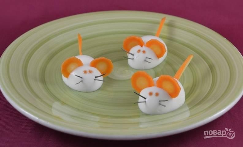 7.Кетчупом нарисуйте глазки и подайте мышек из вареных яиц на стол.