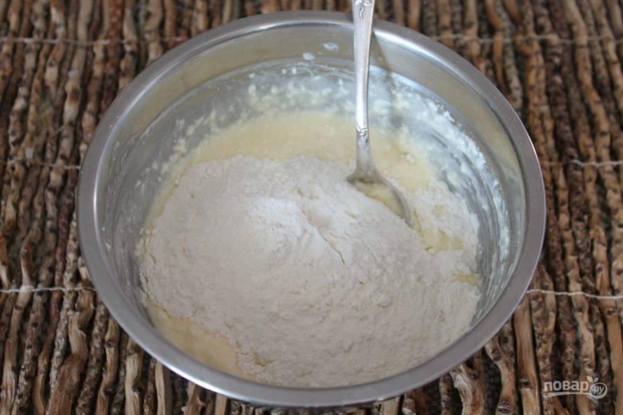 Порциями добавляем муку с разрыхлителем и замешиваем тесто.