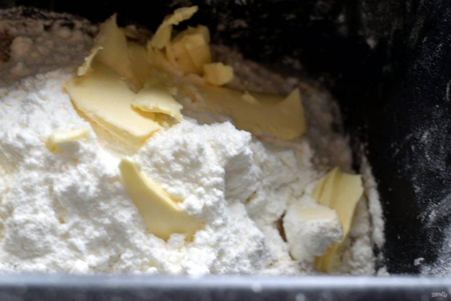 Добавьте сухое молоко и кусочки сливочного масла. Замесите тесто удобным для вас способом. Я вымешиваю тесто в хлебопечке, это очень удобно для багетного теста, которое должно быть вымешено очень хорошо.