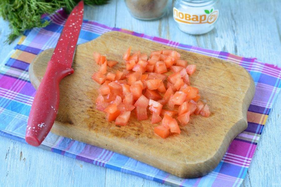 Нарежьте помидоры кубиками.