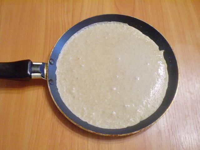 Силиконовой кисточкой смазываем блинную сковородку. Выливаем половник теста и жарим до румяной корочки.