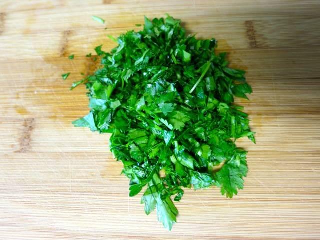 2. Свежую зелень необходимо вымыть, просушить и измельчить. Классический рецепт ребрышек предполагает использование петрушки и кинзы, однако это может быть и любая другая зелень по вкусу.