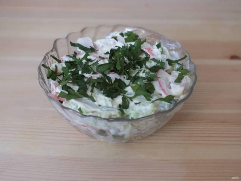 Разровняйте слой и посыпьте измельченной петрушкой. Салату дайте настояться в холодильнике 30 минут.