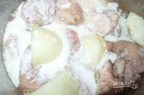 3. Соедините мясо с луком, влейте кефир. Аккуратно перемешайте, накройте и уберите мясо в холодильник, чтобы оно промариновалось.