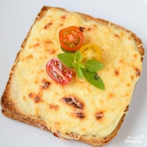"""8. Готовый французский тост """"Крок-месье"""" украсьте помидорчиком и зеленью. Приятного аппетита!"""