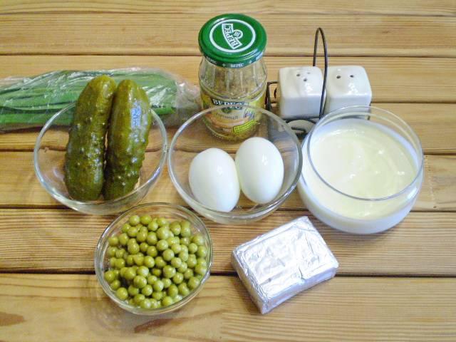 1. Приготовим продукты. Огурцы для салата используйте сезонно, зимой - консервированные, летом - свежие. Что касается сыра, на ваш вкус, отлично подойдет как плавленый, так и твердый сыр.