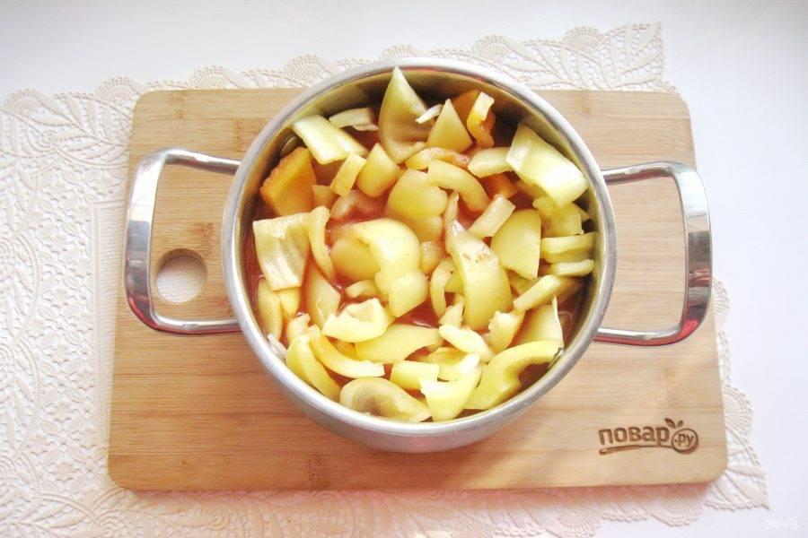 Выложите в кастрюлю с соусом нарезанный перец и лук, перемешайте.