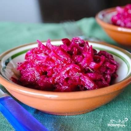 Спустя указанное время еще раз перемешиваем салат, сливаем лишний маринад (а его будет много), а свеклу подаем к столу. Приятного! :)