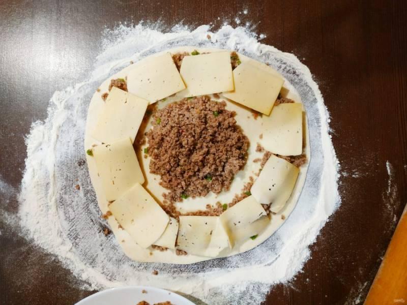 Остальную начинку выложите по краям и накройте пластинками сыра.