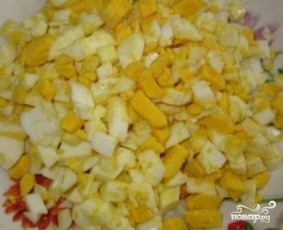 Очистим вареные яйца, нарежем их кубиками. Еще яйца можно половинками выкладывать в тарелку с борщом при подаче.