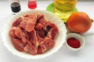 Для приготовления свинины в маринаде из соевого соуса вам понадобятся: свиная мякоть, лук, масло для жарки, паприка, винный уксус (9%), соевый соус и соль.